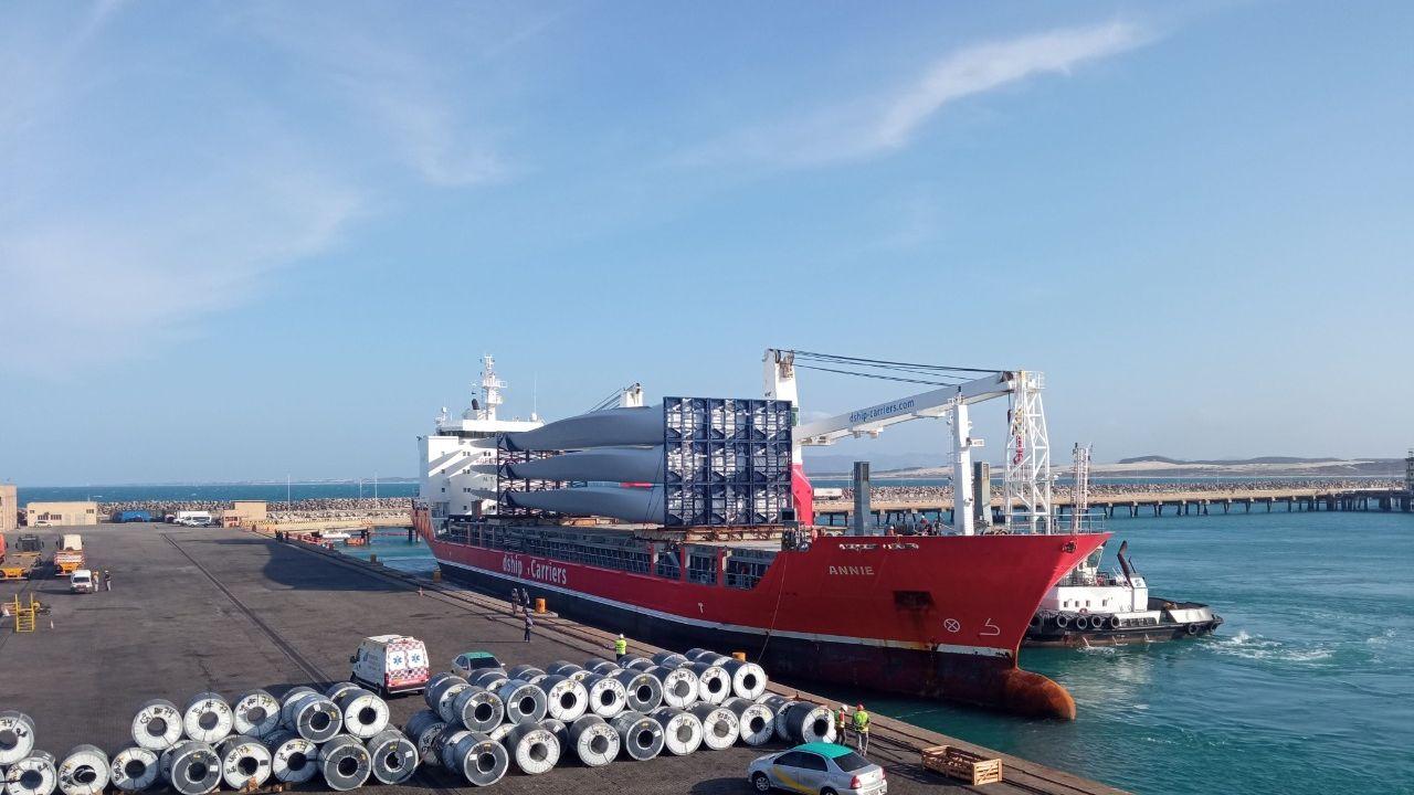 Pecém recebe as maiores pás eólicas já movimentadas no porto