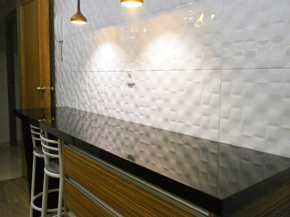 Elegancia y funcionalidad en una cocina peque a cocinas for Laminas para decorar paredes de cocinas