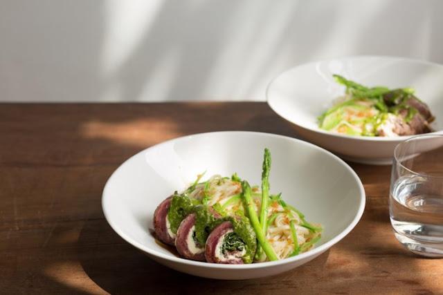 Mì Udon với bò cuộn cream chesse xốt Pesto là gợi ý bữa tối không thể bỏ qua.