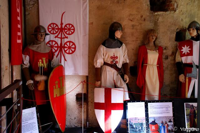 Interni della Torre di Malta ed esposizione di armature e costumi