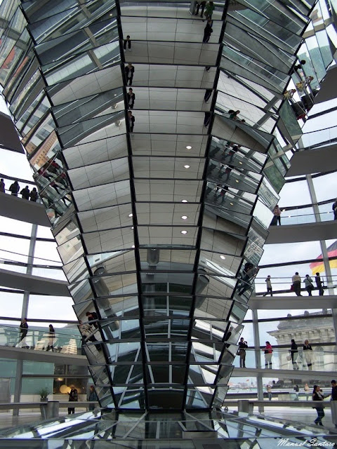 Berlino, colonna in vetro all'interno della cupola del Reichstag
