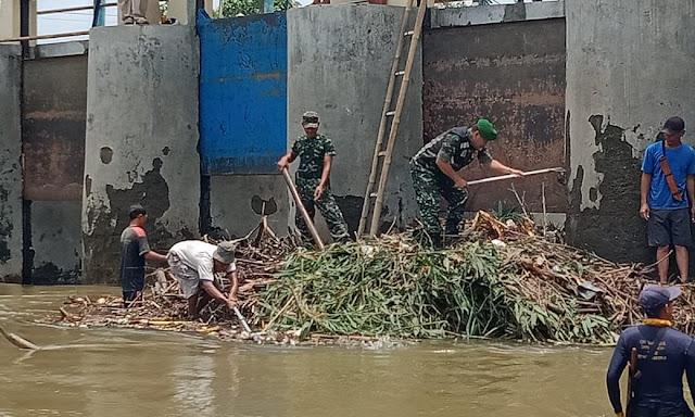 Aksi Koramil Cawas Bersama Team BBWS Bersihkan Dam Tukuman