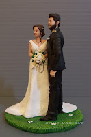 modellino personalizzato per torta nozze sposo con barba e divisa banda sposa abito avorio orme magiche