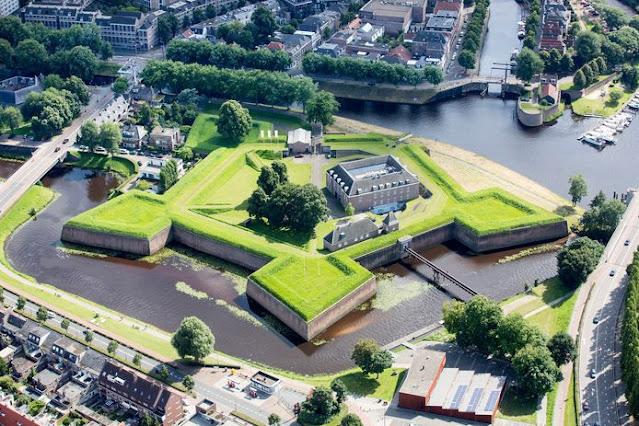 لماذا عليك زيارة مدينة دينبوش الهولندية؟