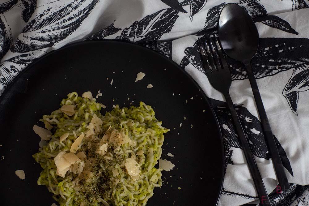 cremige-Avocado-Pasta-mit-Konjak-Nudeln-Flatlay