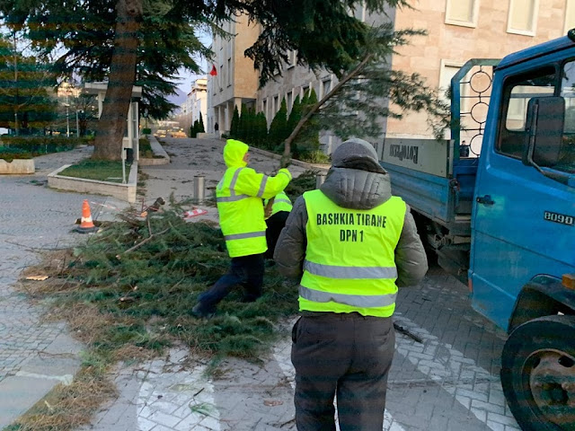 Strong Winds in Tirana, Christmas Tree down and many damages