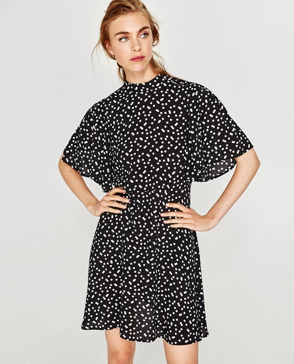 En Zara apuestan por los lunares con este vestido fluido de topos en blanco  y negro que ahora puedes llevar con botines y en primavera lucir con  sandalias. fe34ca00f7e6