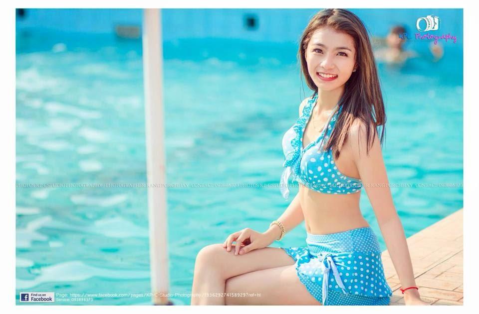 Elle a vingt et un ans, elle est originaire de Phnom Penh et travaille comme commerciale dans une entreprise de la place. Occasionnellement, la jeune et jolie Cambodgienne fait du modeling pour quelques marques de vêtements. Avec KP-C Studio Photography, quelques images de Ly en tenus de baignade: