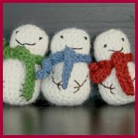 Mini muñecos de nieve amigurumi
