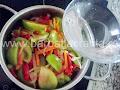 Mancare de gogonele preparare reteta - turnam apa pentru a fierbe legumele
