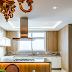 Cozinha branca e amadeirada com bancada de quartzito e estilo provençal!