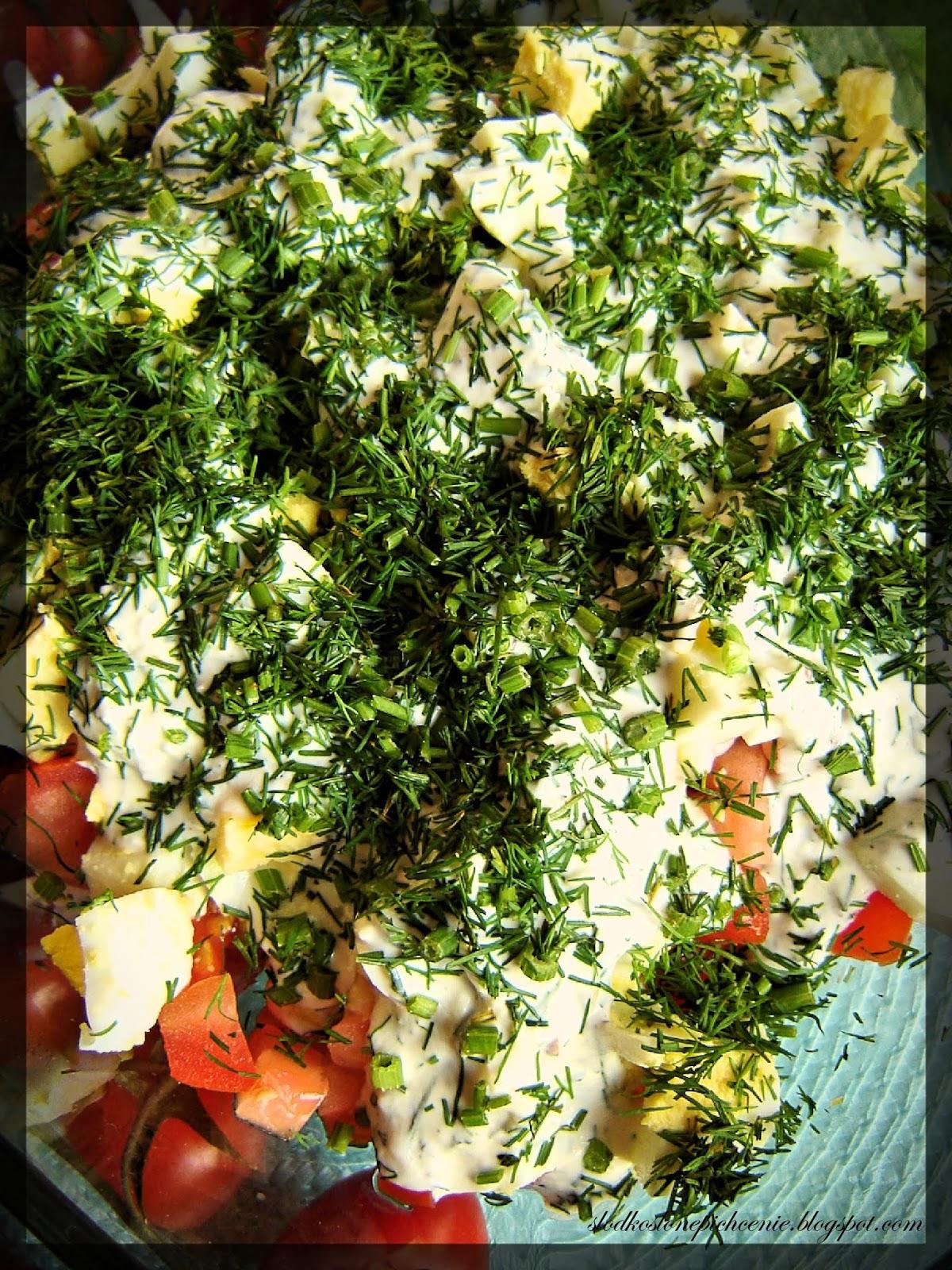 Sałatka warstwowa z brokułem, pomidorem i jajkiem