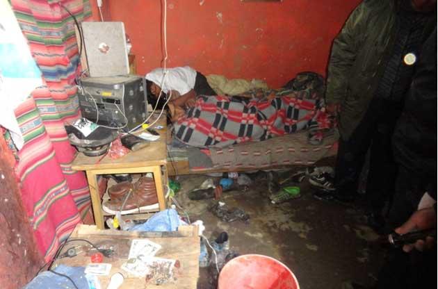 Los sospechosos continuaron bebiendo un día más luego de torturar a dos personas / FELCC