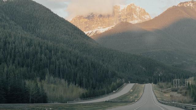 Estrada, Montanhas, Árvores, Nuvens
