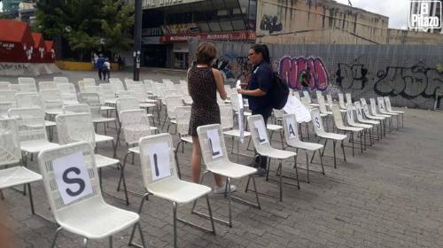 """ONG recuerda con """"sillas vacías"""" a jóvenes asesinados durante protestas de 2014 y 2017"""