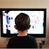 Nu-ţi uita copilul în faţa televizorului. EFECTE NEGATIVE asupra evoluţiei cognitive şi a vieţii sociale