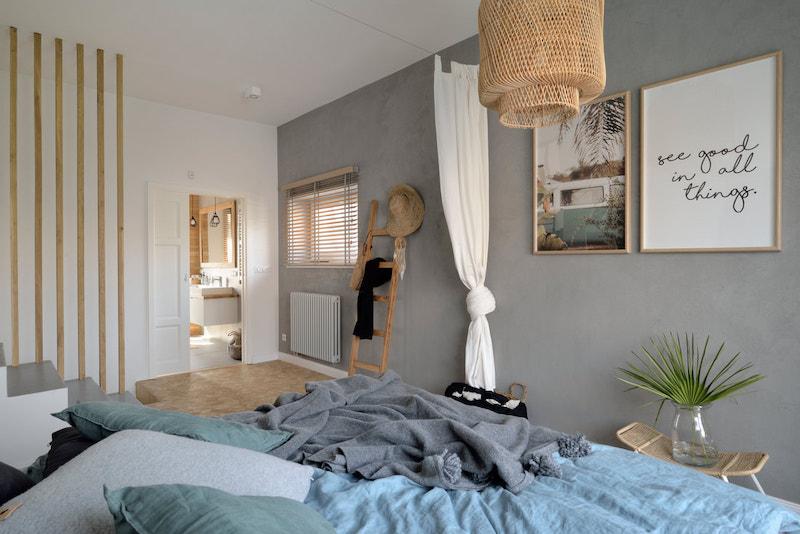 Dormitorio inspirado en Bali con baño en suite