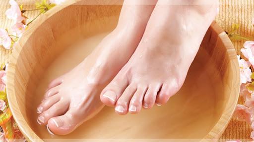 Nên ngâm chân với nước ấm trước ngủ 30 phút