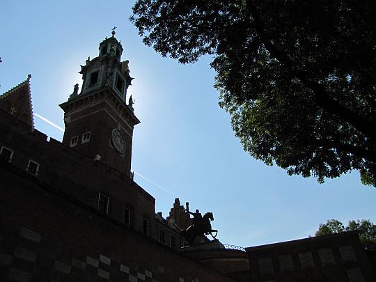 Kraków. Katedra Wawelska. Wieża Zegarowa. U dołu widać bastion Władysława IV z pomnikiem Tadeusza Kościuszki.
