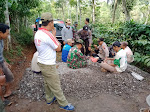 Kumpul Bareng TNI Bersama POLRI Dan Masyarakat Istirahat Siang Dalam Pembangunan TMMD Sengkuyung Tahap II Kodim 0706/Temanggung