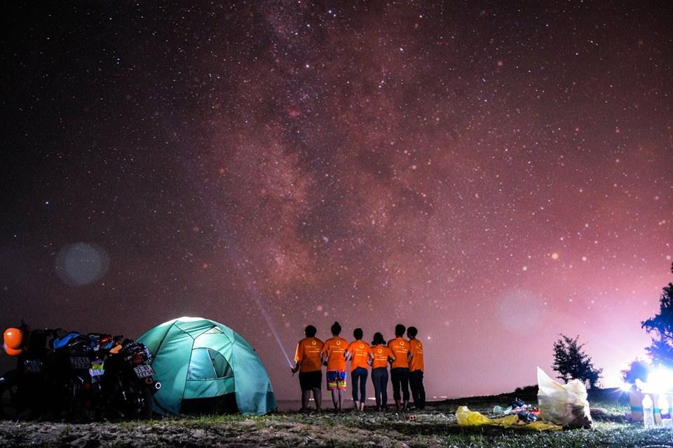 Cắm trại bãi biển bình châu về đêm.