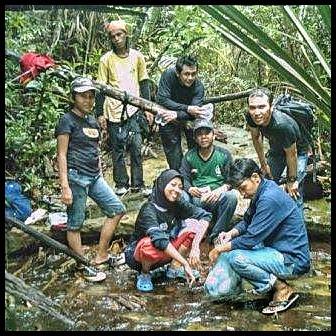 Treking di hutan a la orang batam