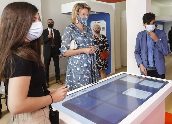Queen Mathilde wore a blue-green printed shirt dress from Natan. Queen visited Wikifin Lab together with young people. Natan pumps and earrings