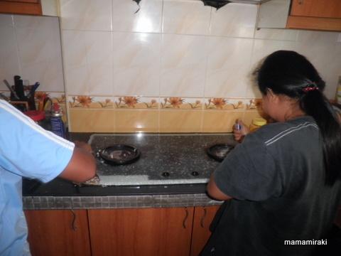 Bibik Dengan Tekunnya Mengumpil Kaca2 Tu Mula2 Dia Takut Gak Ler Ingatkan Mama Nak Marah Ke Apa Ker Alah Kira Dah Cukup Haul Kot Dapur