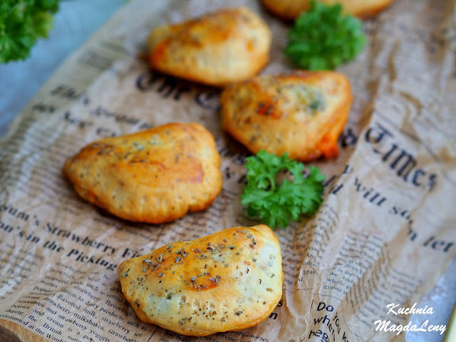 Pieczone pierogi krucho-drożdżowe z kurczakiem i brokułami