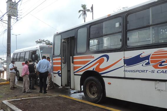 Conductor de autobús se estrella detrás de otro