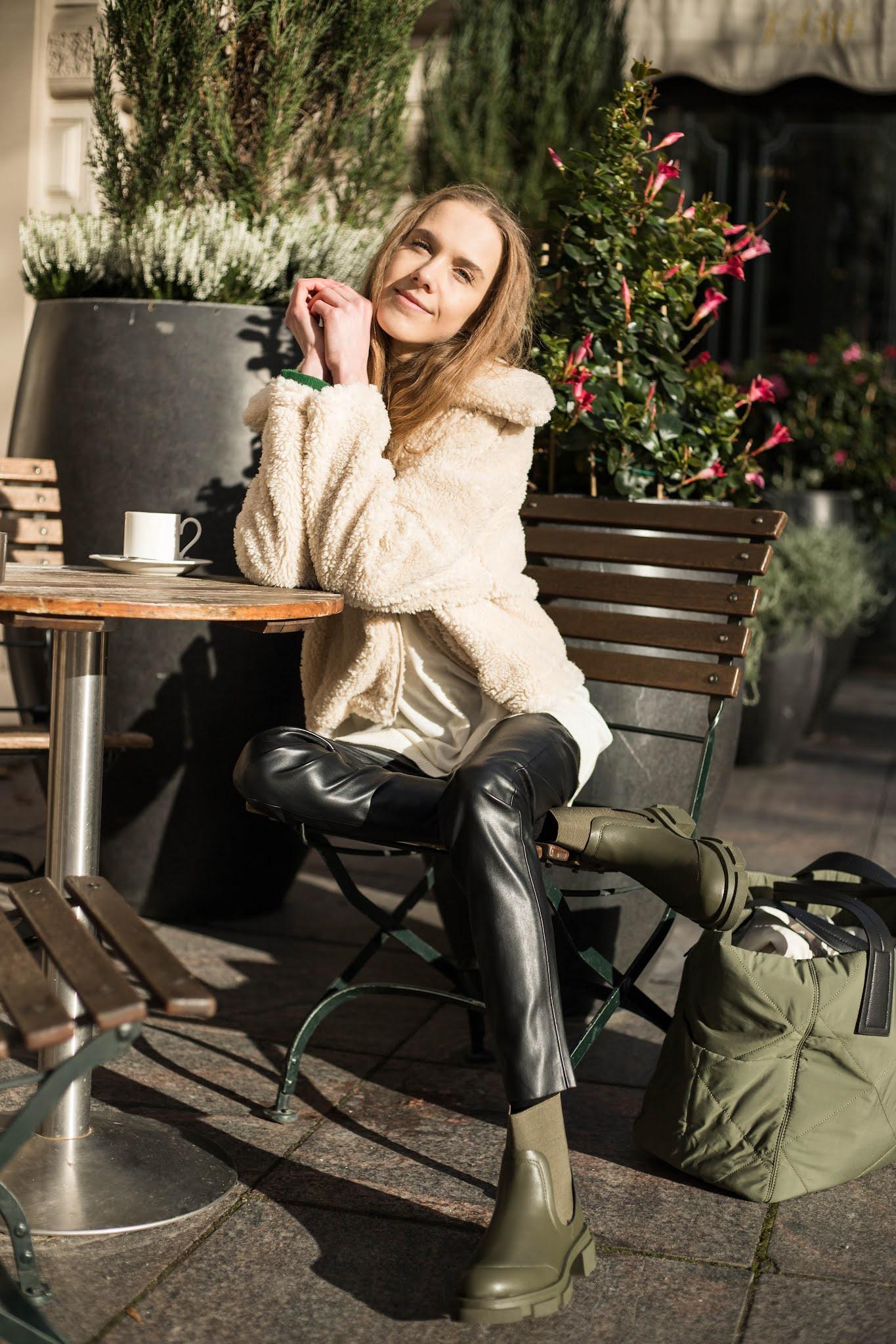 Syksyinen asukokonaisuus vaalean lyhyen pörrötakin kanssa // Autumn outfit with short beige teddy jacket