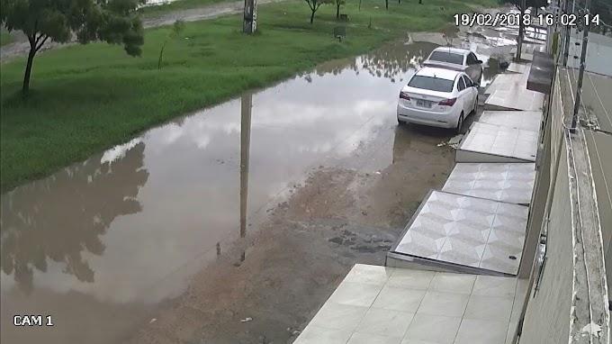 Muita lama causa transtorno e caos no bairro Renato Parente
