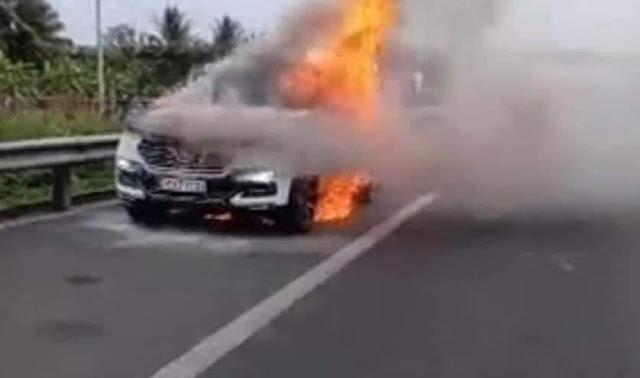 Xe ô tô Vinfast cháy rụi trên cao tốc Trung Lương, bộ mâm xe cháy nát vụn