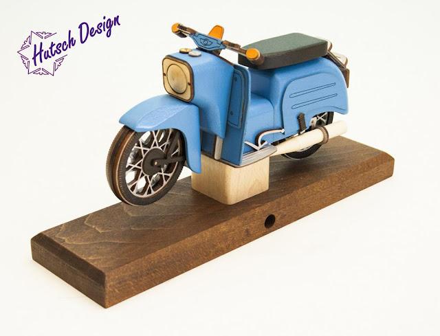 https://www.volkskunst-seiffen.de/raeuchermoped-simson-schwalbe-blau-28x8x14-5cm.html