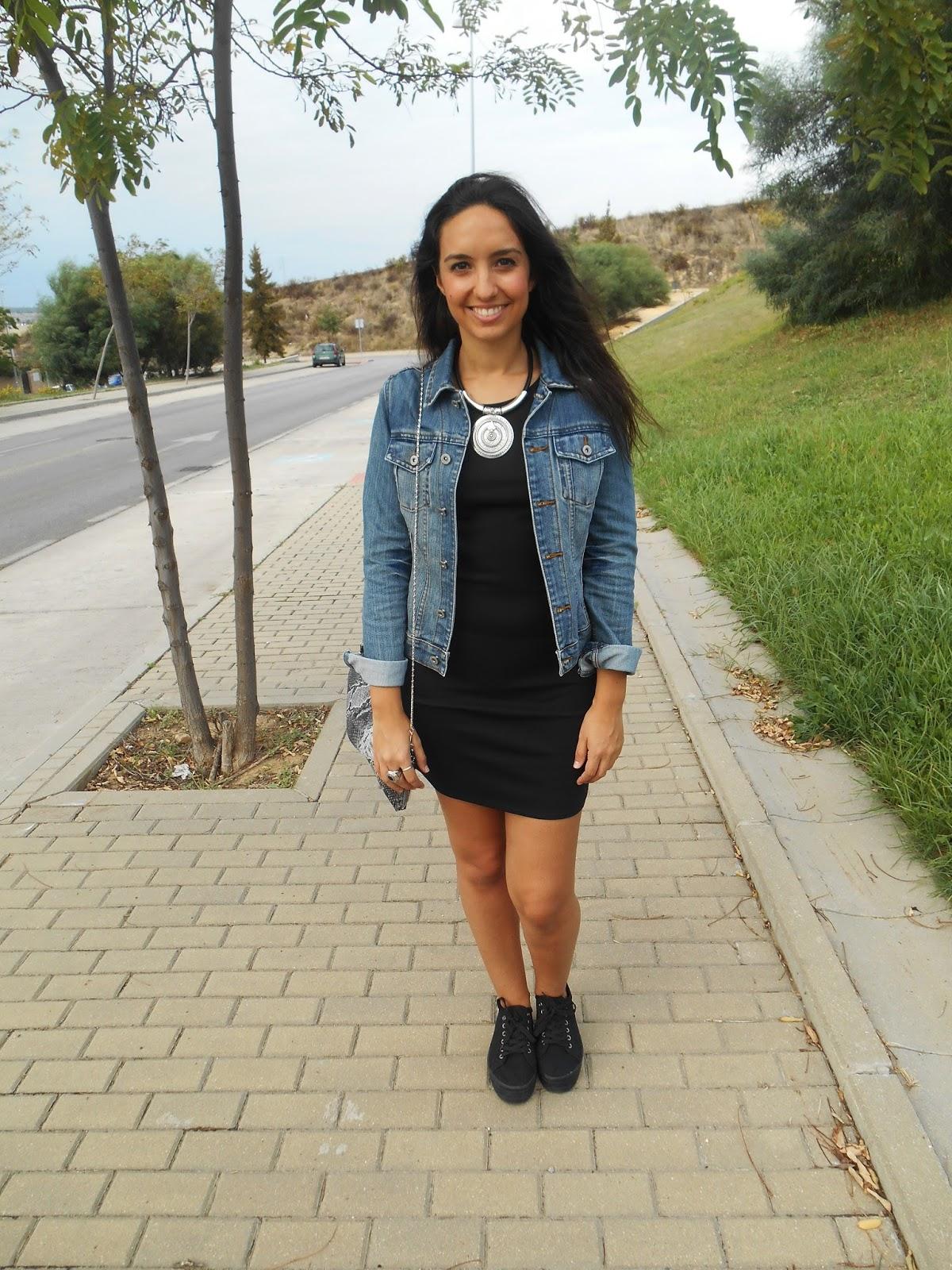 Vestido negro con chaqueta jeans