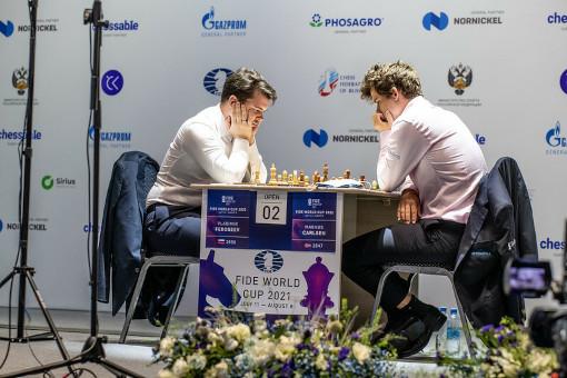 Le champion du monde d'échecs Magnus Carlsen en mode sacrifice écrase Fedoseev - Photo © FIDE