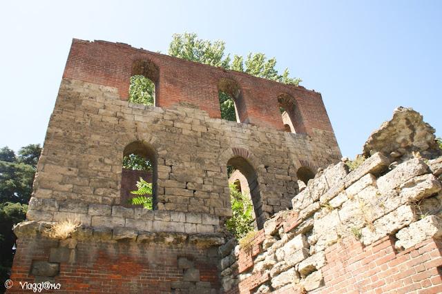 Una delle torri che ha conservato l'aspetto romano