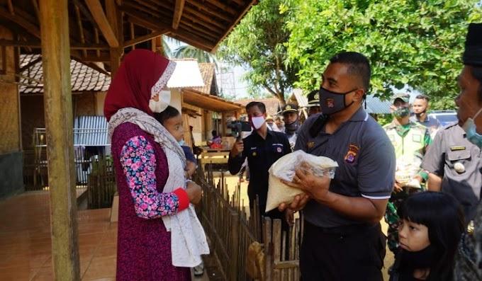 Polres Pandeglang Salurkan Bansos Kepada 350 Warga di Desa Sudimanik