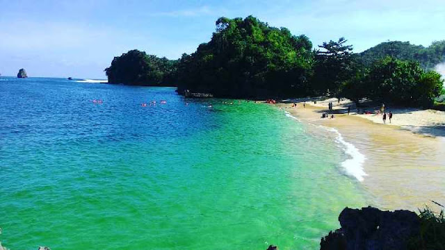 Feature Pantai Tiga Warna