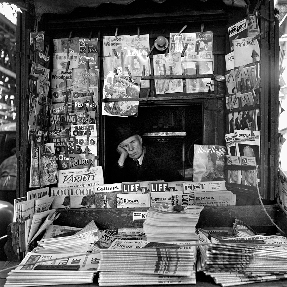 36 Amazing Historical Pictures. #9 Is Unbelievable - Newstand NYC. The internet of the 50s. Photo by Vivian Maier 1954.