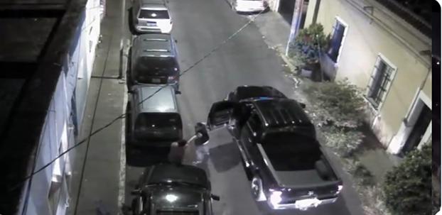 VIDEO.- Dijeron que habían muerto en un enfrentamiento pero grabación muestra extra judicial a media calle a quemarropa por agentes en Jalisco