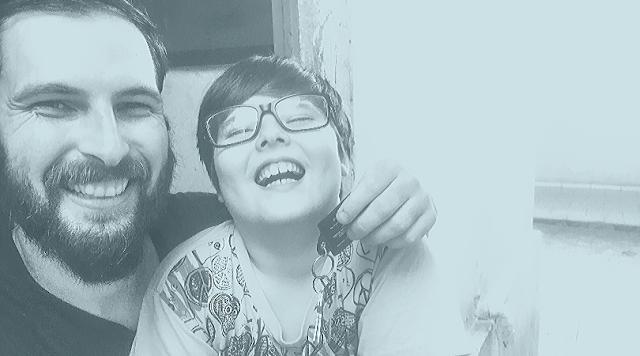 Foto onde eu e meu filho estamos sorrindo, segurando a chave de nossa nova casa.