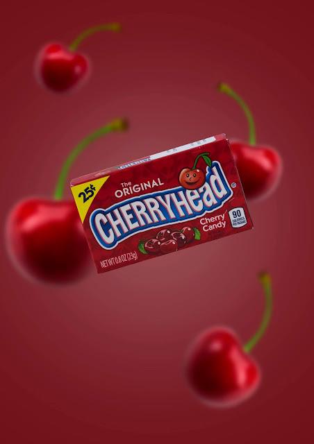 Cherry karkkipaketti. Punainen tausta ja kirsikoita.