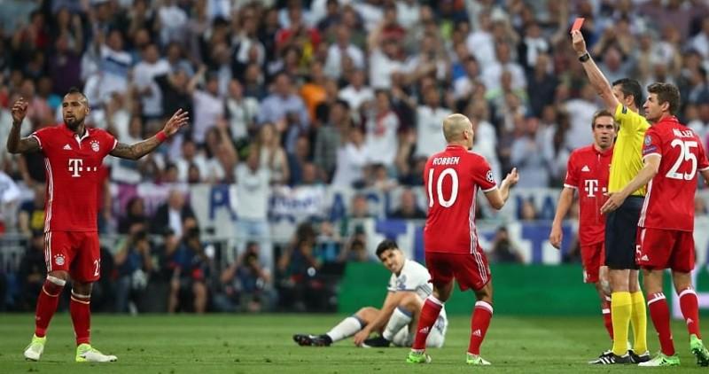 Arturo Vidal saat mendapatkan kartu merah