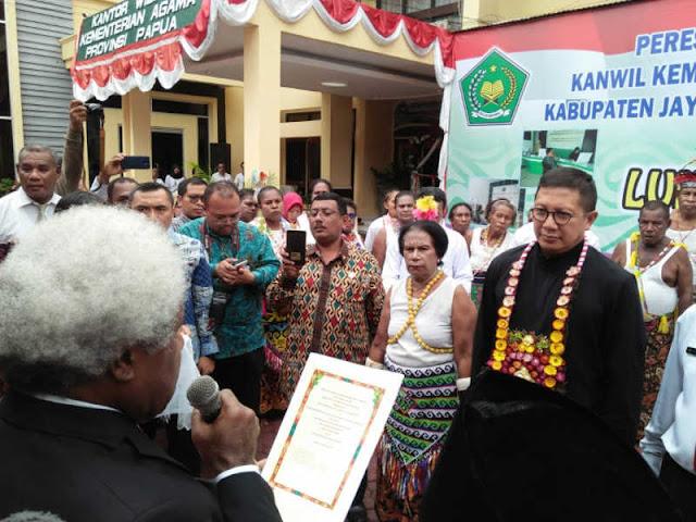 Lukman Hakim Diberi Penghargaan Tokoh Agama Papua