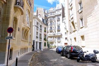 Paris : Villa Flore, exquise impasse à Auteuil, face à face intrigant des deux Guimard - XVIème