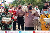 Ditengah Pandemi Covid-19, Kapolres Cirebon Kota Berjalan Kaki Bagikan Beras ke Warga