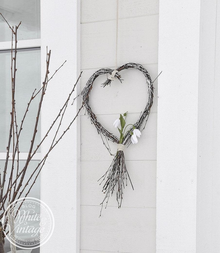 Geschenkidee für den Valentinstag. Ein Herz aus Zweigen.