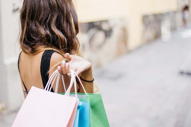 mujer con bolsas en la mano
