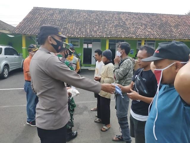 Tangkal Corona, Bagikan Masker Gratis ke Pengguna Jalan